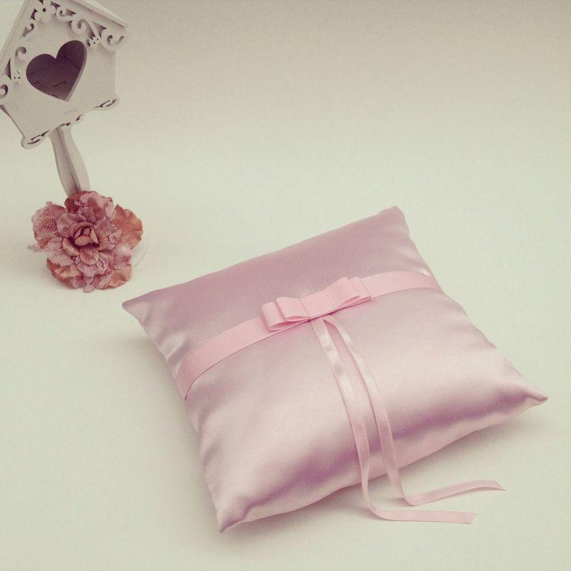 Almofadas de alianças   Pode ser personalizada em tecido e acabamento.