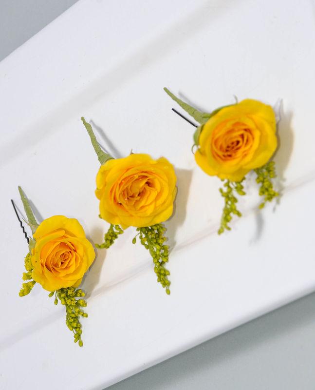 Accesorios florales Floristika, horquillas para cabello, estas horquillas estan fabricadas con mini Rosa spray en amarillo con un toque de Solidago, los productos estan cuidados y sellados para su máxima duración fuera del agua