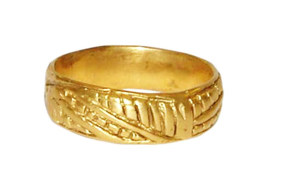 Beispiel: Trauring in Gold mit Blätterabdruck, Foto: Casa Amberes.