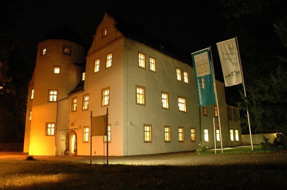 Beispiel: Aussenansicht bei Nacht, Foto: Schlosshotel Eybar.