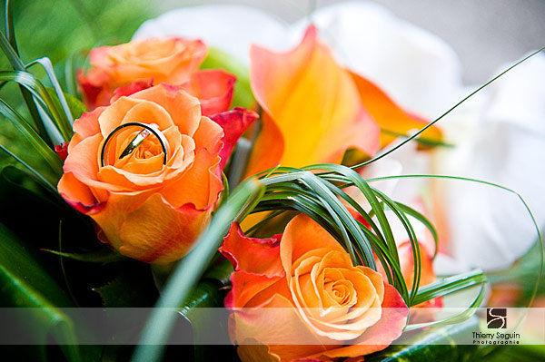 alliances dans bouquet de fleur par Thierry Seguin Photographie
