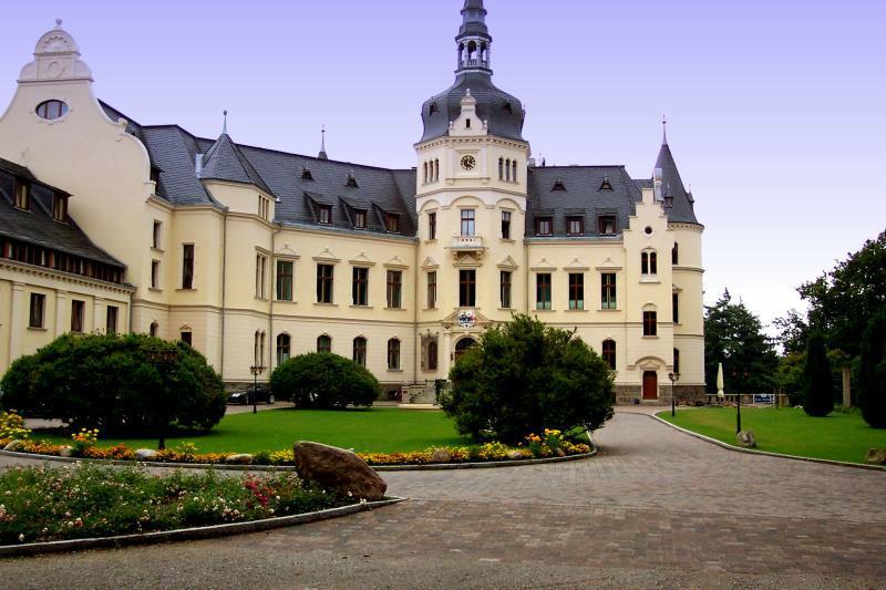 Beispiel: Schloss Seitenansicht, Foto: Schlosshotel Ralswiek.