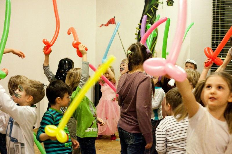 Dzieci z mnóstwem balonów