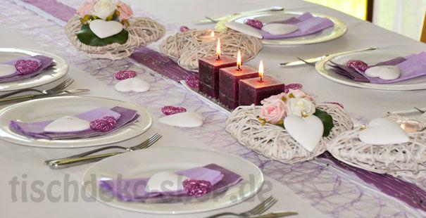 Beispiel: Tischdekoration zur Hochzeit in Flieder und Weiß, Foto: Tischdeko-Shop.de.