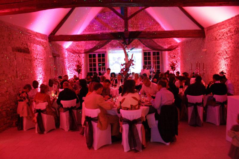 Décoration lumineuse de la salle de repas d'un mariage