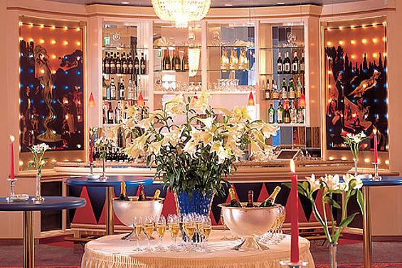 Beispiel: Bar im Foyer, Foto: Travel Charme Kurhaus Binz.
