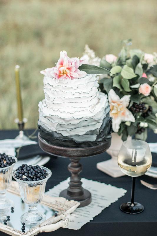 Необычный торт в черно-белых тонах.