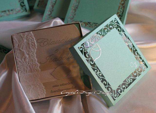 Box quadrato intagliato in carta perlescente Tiffany per il coperchio e bianca per la base con iniziali in argento ed applicazione conchiglia filigranata