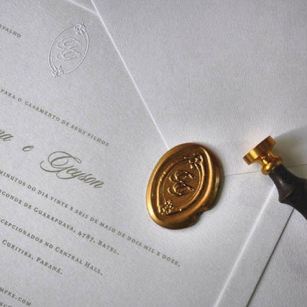CDAM Design - convite clássico com lacre de cera ouro.