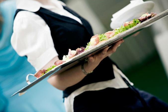 Beispiel: Catering und Servicepersonal, Foto: Wedding and Dreams.