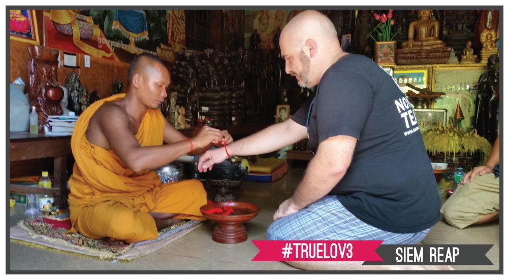 benedizione di un monaco buddhista in una pagoda a Siem Reap