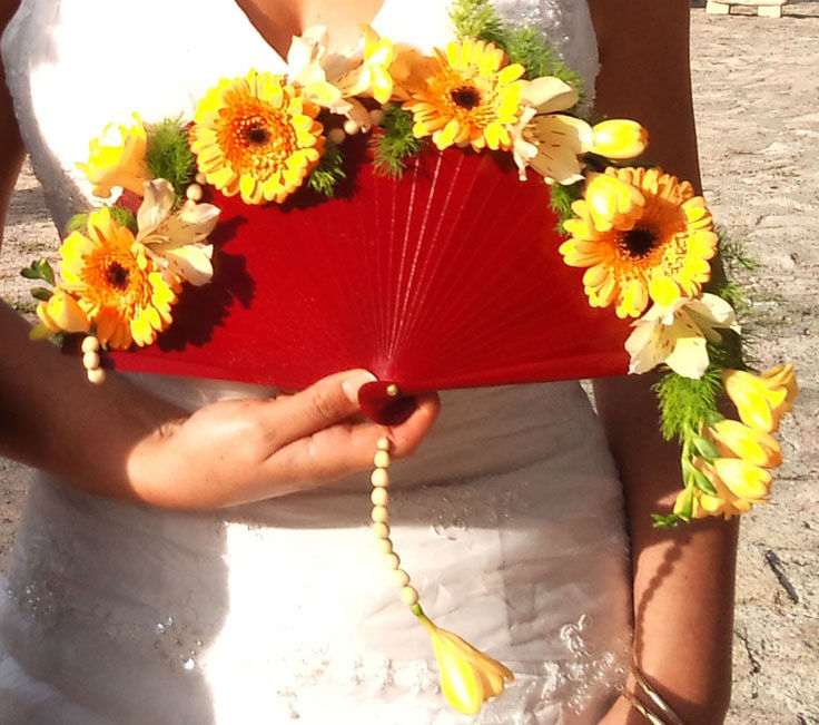 Ramo de novia en abanico de flores naturales.