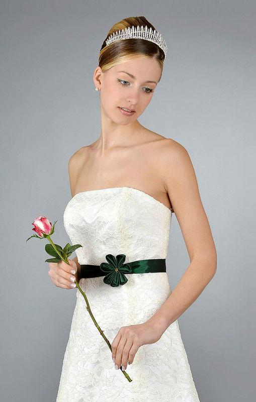 Beispiel: Schlichte Hochzeitskleider, Foto: Saray Brautmoden.