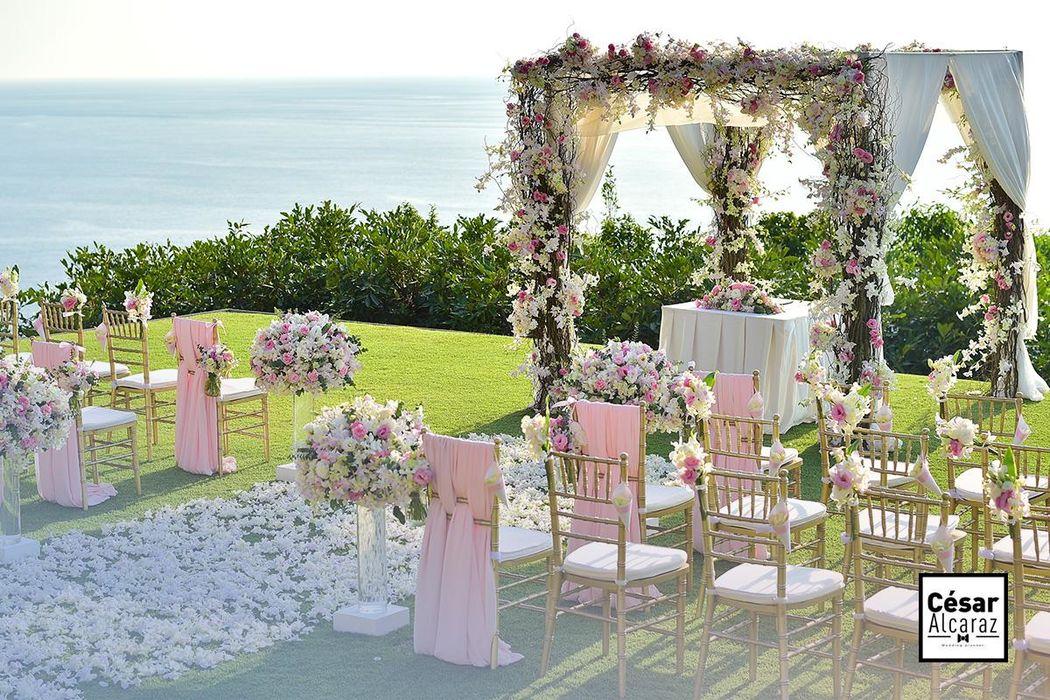 Una de las principales ventajas al elegir un jardín como sede para tu boda, es ese sentimiento de libertad que les darás a todos tus invitados. Un lugar perfecto para dejar fluir todas sus emociones y sobre todo para percibir ese hechizo seductor que nos comparte la naturaleza.