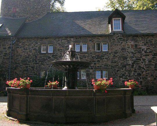 Beispiel: Brunnen im Schlosshof, Foto: Schlosshotel Friedewald.