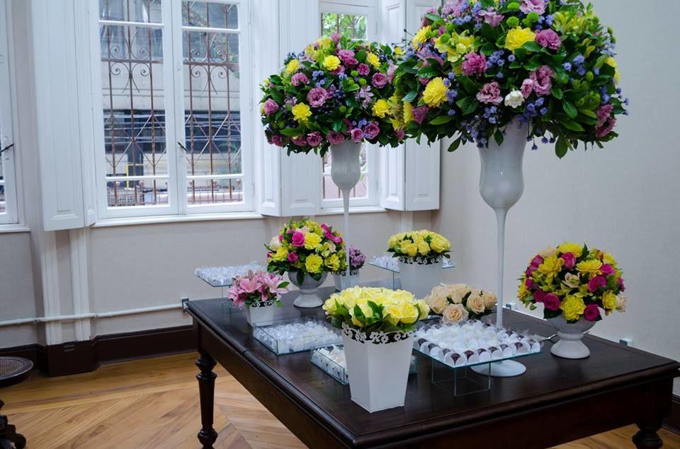 Mesa de doces em mobiliários históricos do casarão.