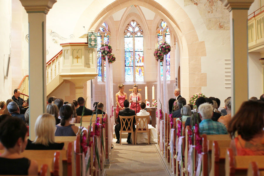 Beispiel: Kirchendekoration für die Hochzeit, Foto: Blumen Bachmann.