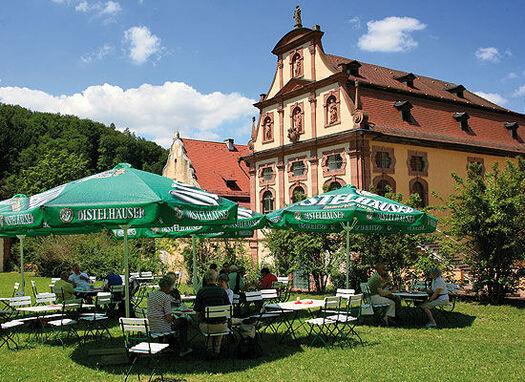 Beispiel: Biergarten im Saalgarten, Foto: Kloster Bronnbach.