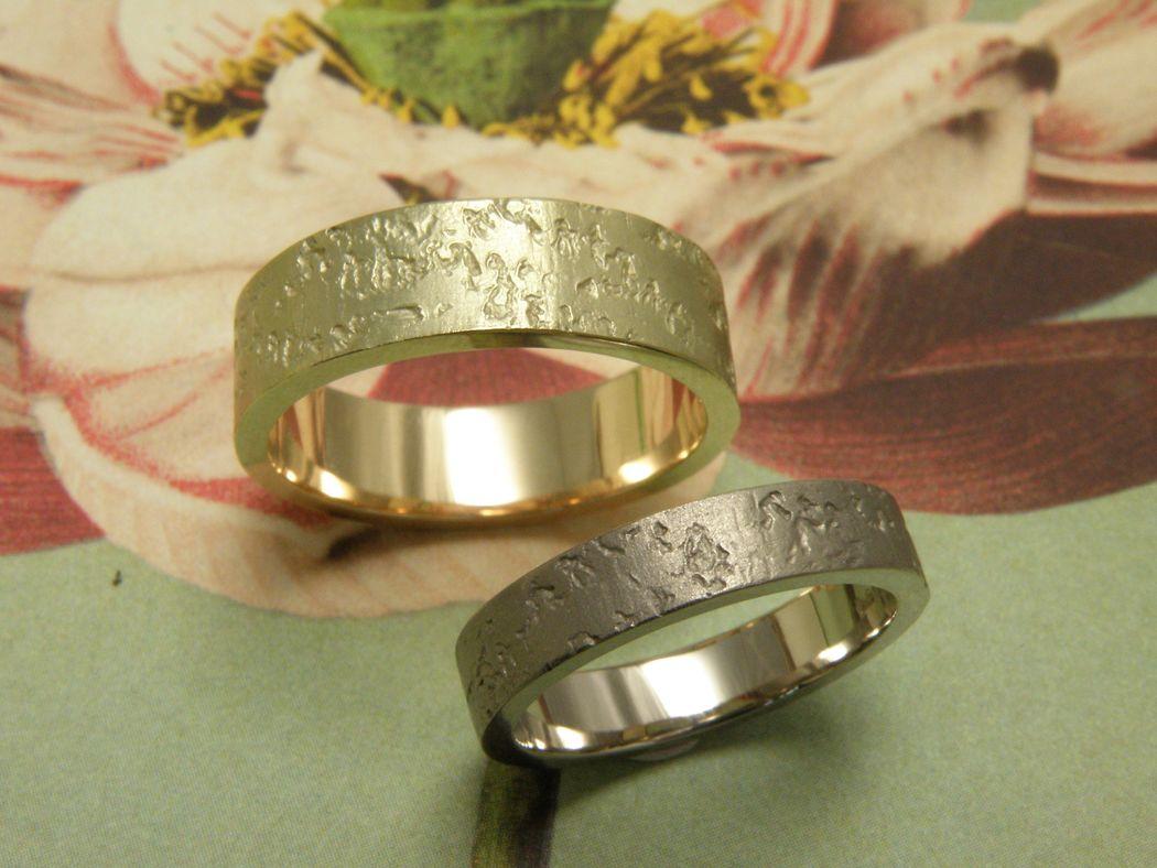 * witgouden ring met koraal structuur en strakke belijning  * geelgouden brede ring met koraal structuur en strakke belijning breed  * trouwringen uit het Oogst atelier