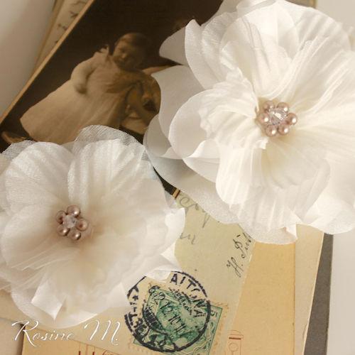 Beispiel: Haarblume mit Perlen, Foto: Rosine M. Brautaccessoires.