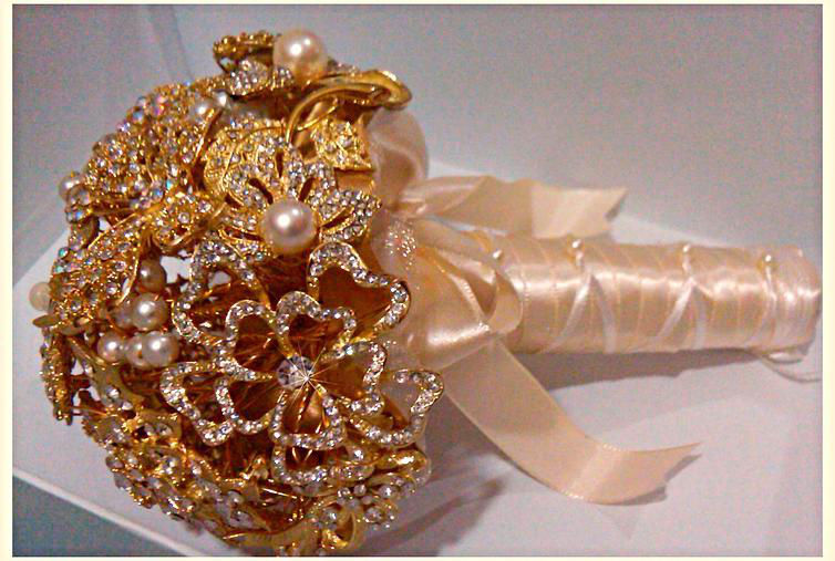 Buquê de broches dourados