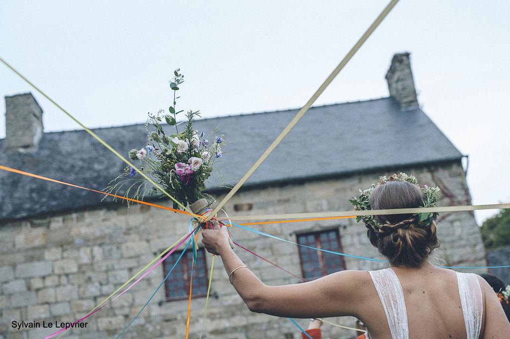 Manoir de La Mare Côtes d'Armor mariage champêtre la ronde des rubans autour du bouquet 22