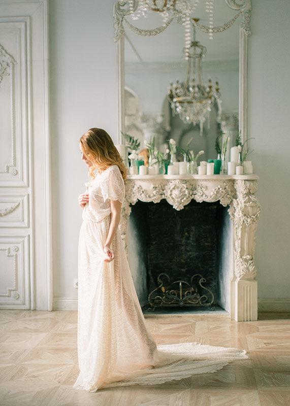 Роскошное будуарное платье Валери с изящно открытой спинкой и длинным шлейфом. Платье выполнено из кружева Шантильи цвета шампань.