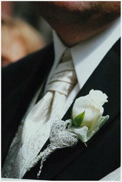 Beispiel: Anstecker für den Bräutigam, Foto: Blumen Hahn.