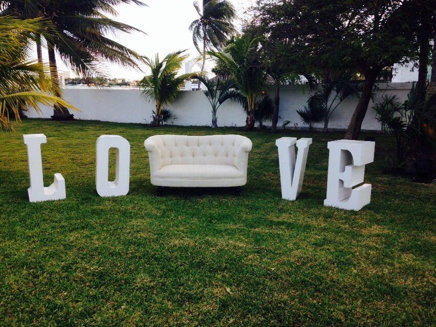 Mobiliario para eventos #mobiliarioparaeventos, #bodasenlaplaya #beachweddings #centrosdemesa #centerpieces #bodasencancun #partyboutiquecancun #udwfinefurniturerental #prettyflowerscancun