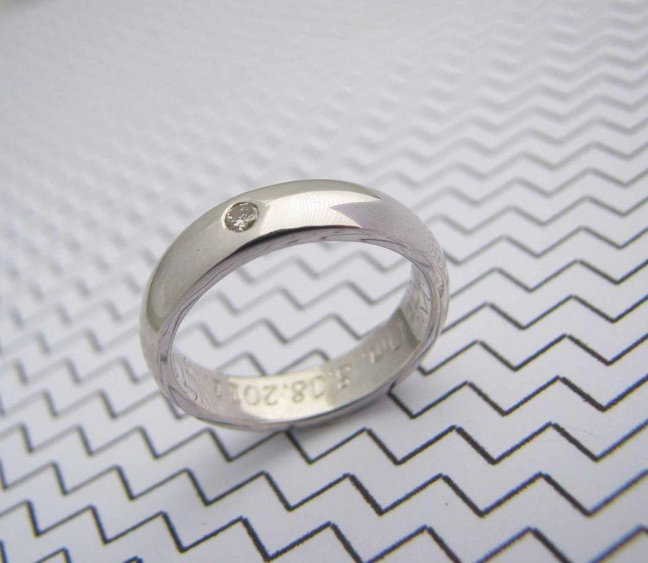 Argolla media caña con detalle de diamante  de alta calidad y oro blanco