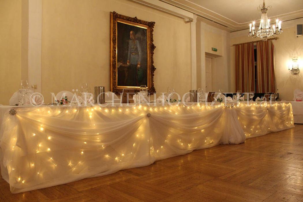 Beispiel: Beleuchteter Brauttafelvorhang, Foto: Märchenhochzeit.