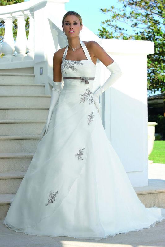 Beispiel: Hochzeitskleider, Foto: Brautparadies Thun.