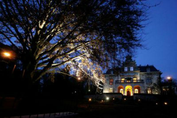 Beispiel: Außenansicht bei Nacht, Foto: Villa Haar.