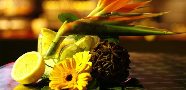 Detalle floral tropical para mesas de cocktail.  http://lafloreria.net