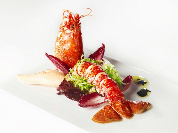 Bogavante sobre ensalada al aliño de módena y centolla con verduritas al salmorejo