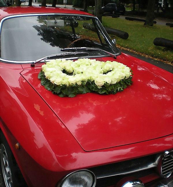 Beispiel: Blumenherzen für Ihr Hochzeitsauto, Foto: Blumen-Heller.