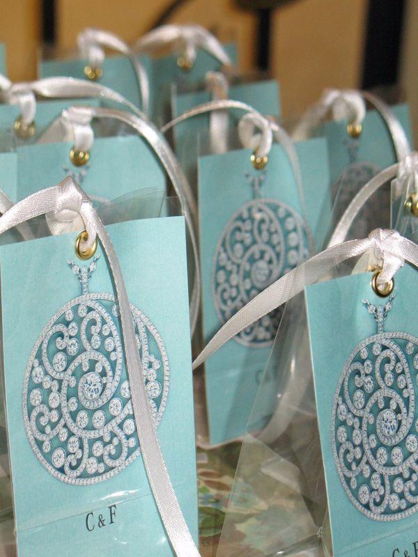 Confettata Tiffany style. Sacchetti porta confetti con gioiello Tiffany