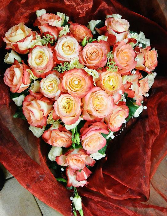 Beispiel: Brautgesteck in Herzform in Apricot, Foto: Florist Atelier Klotz.