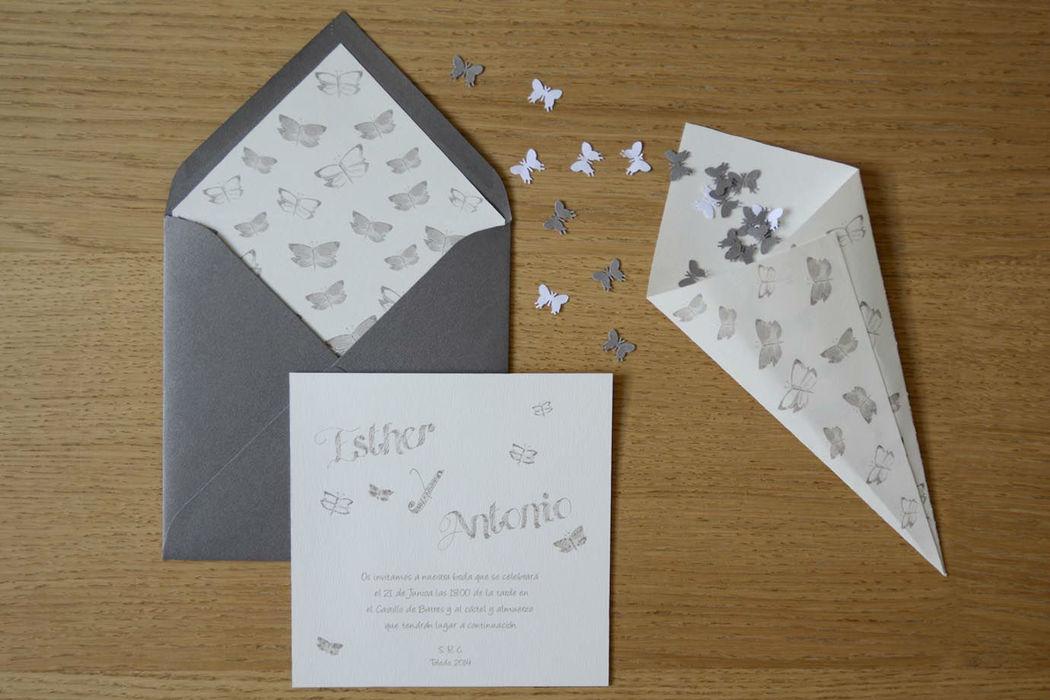 Paquete de invitaciones con conos para el confetti. Modelo mariposas gris