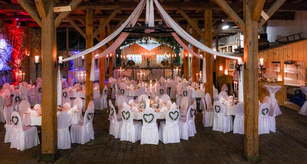 Hochzeitstadl festlich dekoriert