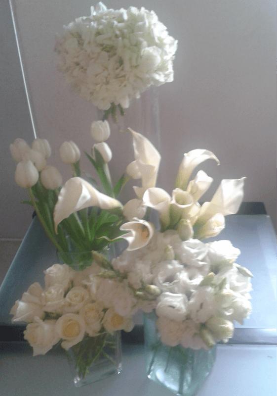 centro con hortencias, tulipanes, alcatracez y rosas