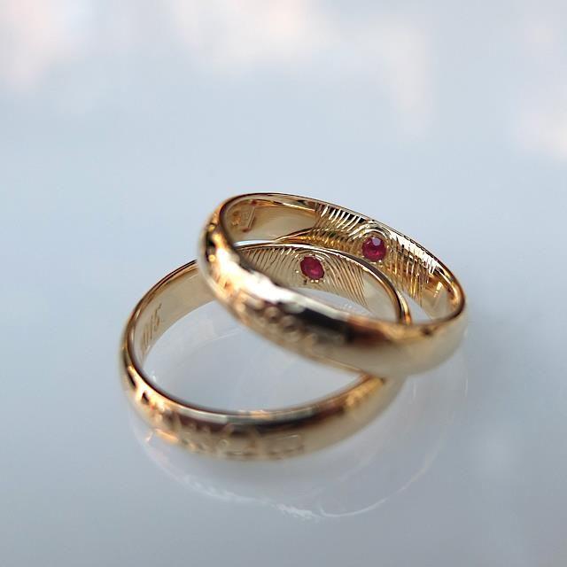 Obrączki z żółtego złota z odciskami palców, rubinami oprawionymi wewnątrz i grawerowanym napisem po elficku. http://waszeobraczki.pl/ pytania o cenę proszę kierować na: waszeobraczki@gmail.com