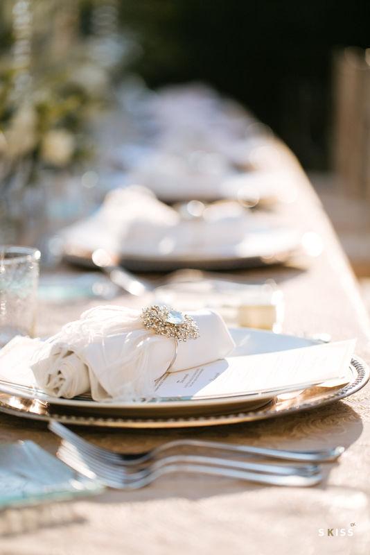 ceremonie de mariage, ceremonie laique, ruban ceremonie, ceremonie en exterieur, mariage bordeaux, mariage sud de la france, decoration table de mariage, pampilles, des pampilles dans les arbres, diner en exterieur, diner mariage sous lustres, guirlandes exterieures mariage