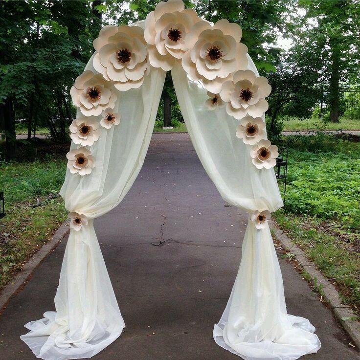 Arco de flores de papel con tela