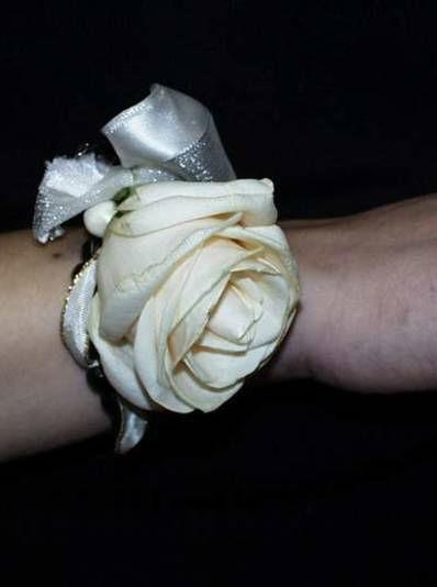 Beispiel: Armschmuck, Foto: Blumen Kuhn Floraldesign.
