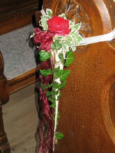 Beispiel: Blumenschmuck für die Kirchenbank, Foto: Blumen Kleissner.