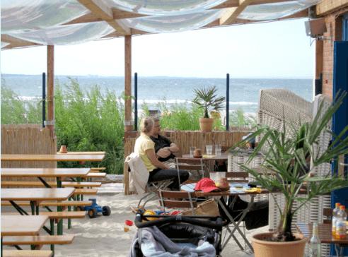 Beispiel: Strandterrasse mit Gästen, Foto: Strandoase Surendorf.