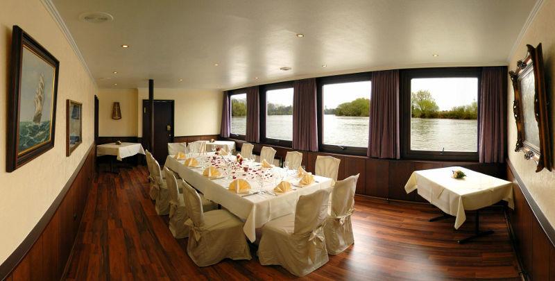 Beispiel: Restaurant - Tafel, Foto: Café Restaurant Schlott.