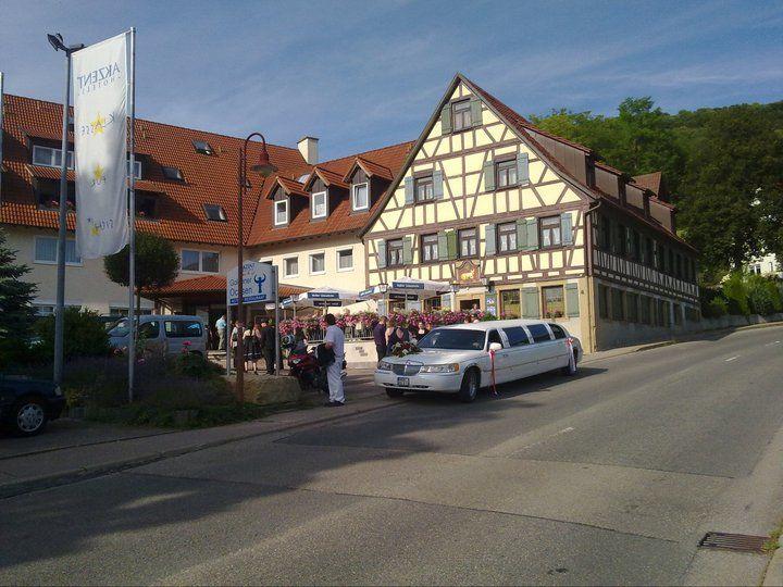 Beispiel: Hochzeitsgesellschaft am Eingang, Foto: AKZENT Hotel Goldener Ochsen.