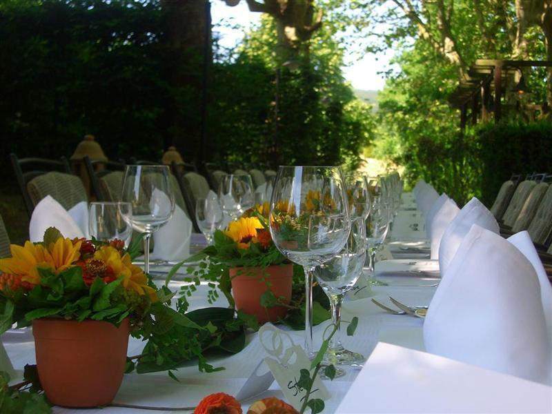Beispiel: Hochzeitstafel im Garten, Foto: Landhaus Diedert.